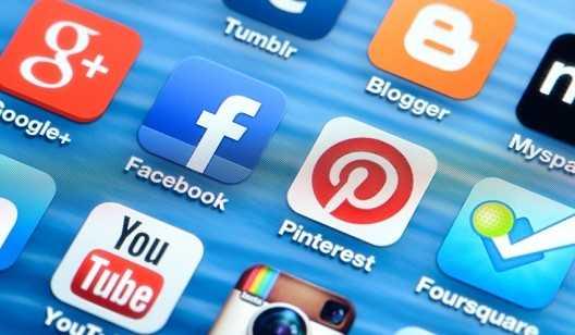 مواقع التواصل.. عالم افتراضي يهدد الاستقرار العائلي